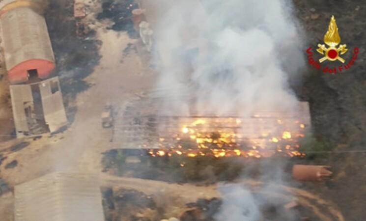 Incendi: continuano fiamme a Pergusa, distrutte 2 aziende