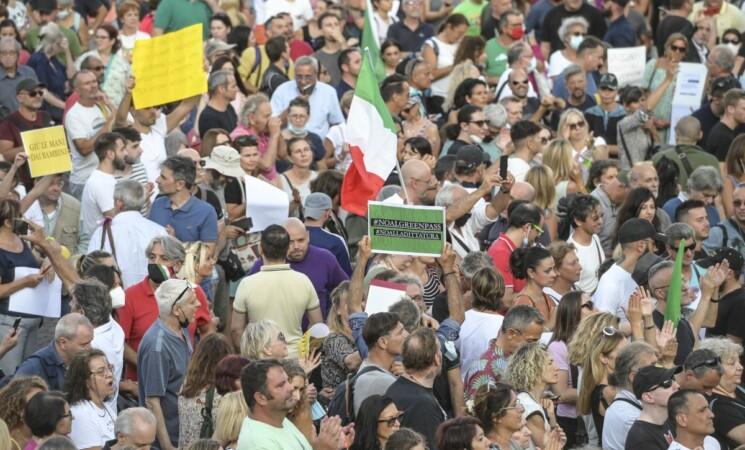Manifestazioni No-Vax, due giornalisti aggrediti e Bassetti minacciato