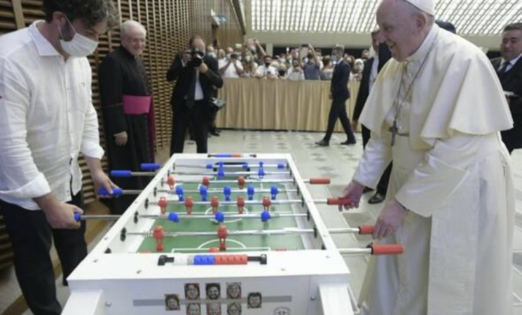 Papa Francesco gioca a biliardino con un fedele al termine dell'udienza
