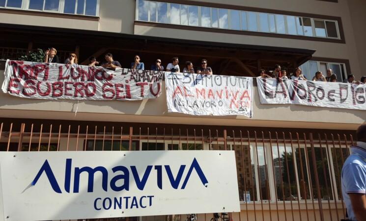 Almaviva, protesta dipendenti sotto sede della Covisian