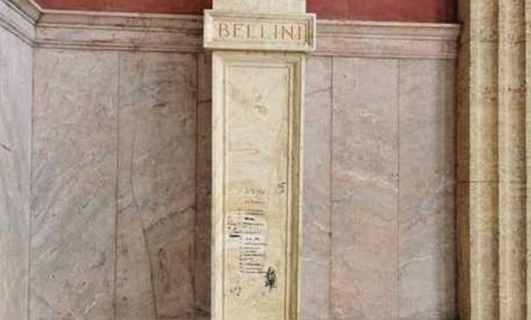 Palermo: scritte su piedistalli statue del Teatro Massimo