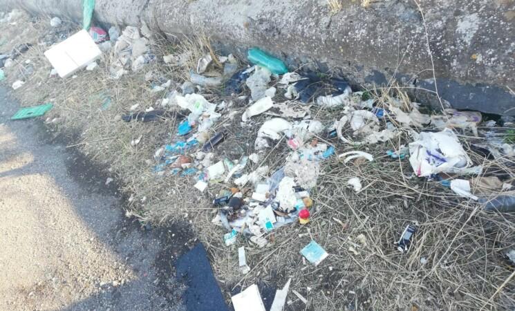 Strada Statale 121, lo scempio dei rifiuti, il sindaco di Regalbuto interviene