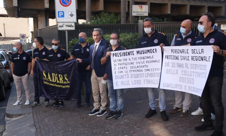 Protesta lavoratori Protezione civile, stabilizzati con stipendio tagliato