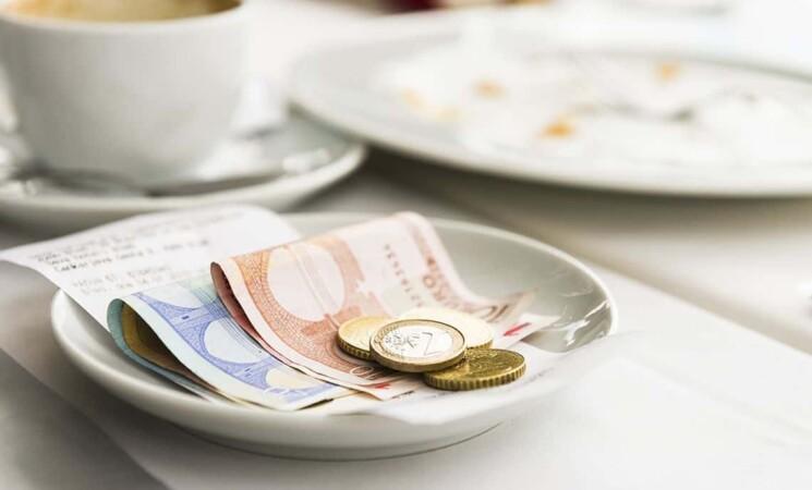 Le tasse sulle mance lasciate dai clienti vanno pagate? La risposta della Cassazione